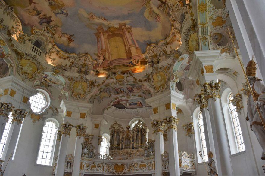 Vue de l'entrée avec orgue