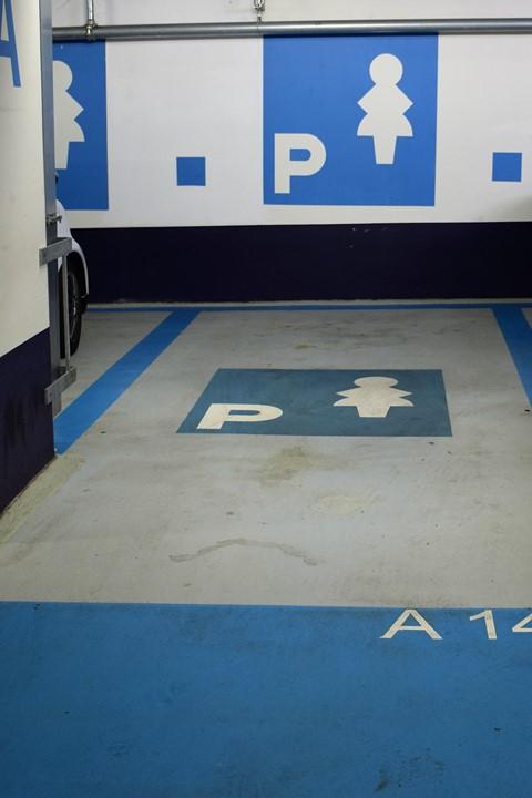 Un parking pour femmes! Si c'est pas de la discrimination...
